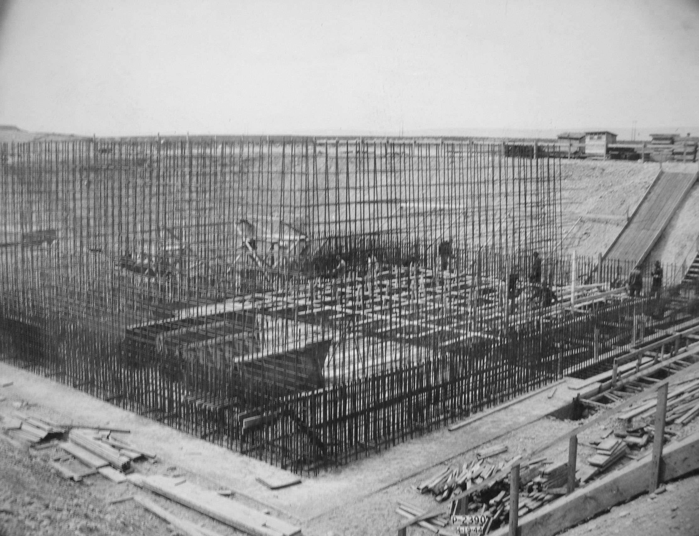 B Reactor under construction.